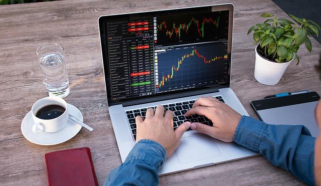 trader trabalhando em casa - Profissão Trader - Como Estou Ensinando Meu Filho A Se Tornar Um Trader Vencedor.